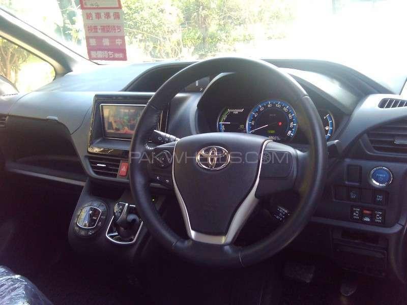 Toyota Voxy V 2014 Image-3