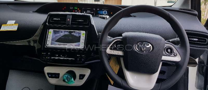Toyota Prius S LED Edition 1.8 2015 Image-9