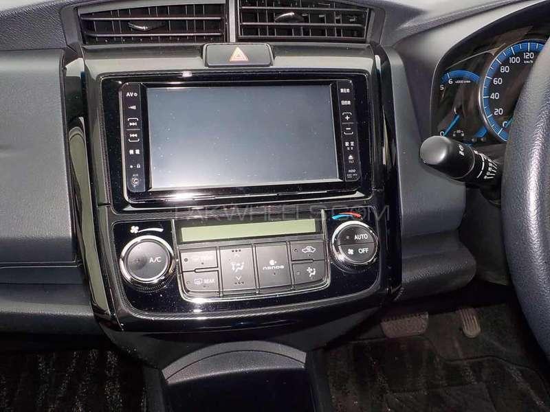 Toyota Corolla Axio Hybrid 1.5 2013 Image-2