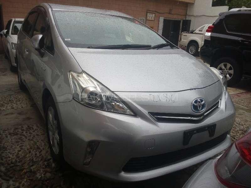 Toyota Prius Alpha 2013 Image-1