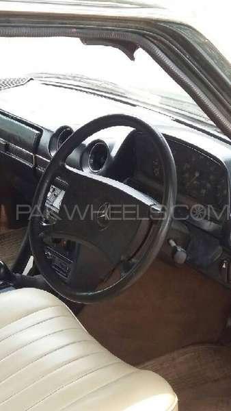Mercedes Benz 200 D 1975 Image-8