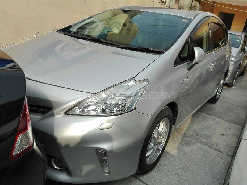 Toyota Prius Alpha 2011 Image-1