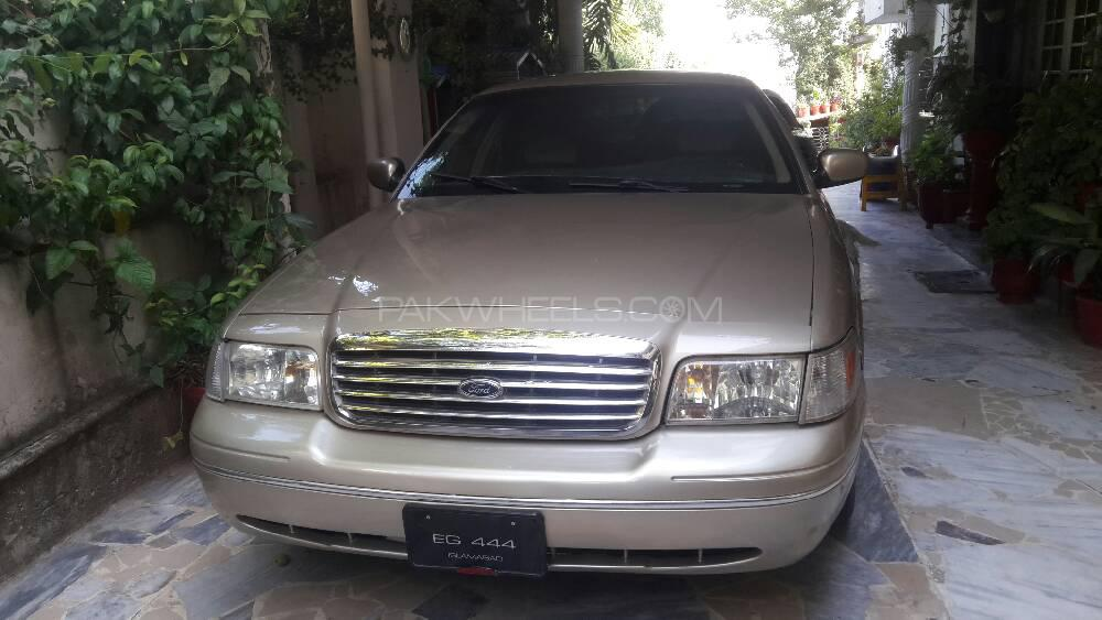 Ford Crown Victoria 2000 Image-1