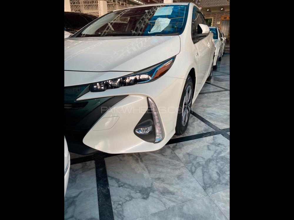 Toyota Prius PHV (Plug In Hybrid) 2017 Image-1