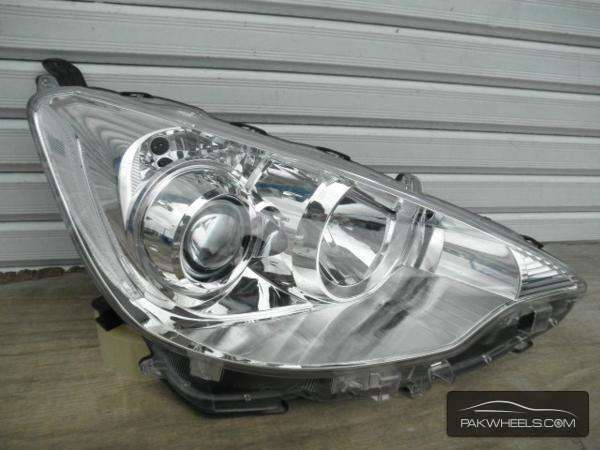 toyota aqua right headlight For Sale Image-1