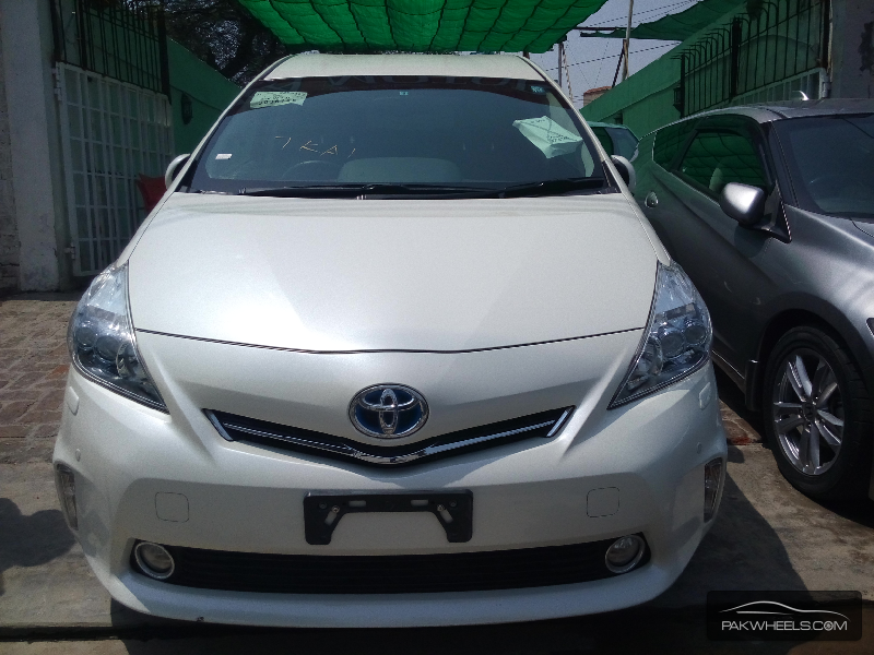 Toyota Prius Alpha 2012 Image-1