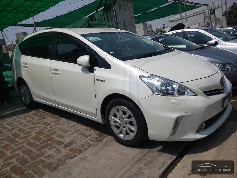 Toyota Prius Alpha 2012 Image-3