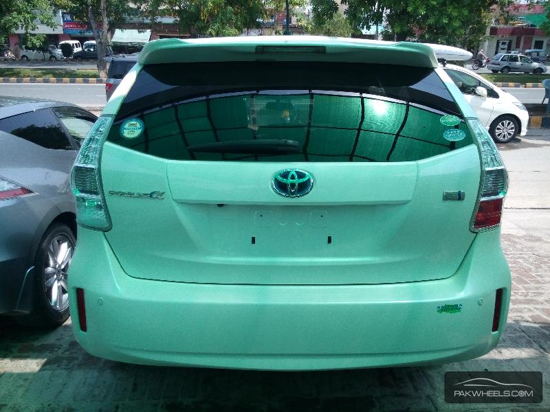 Toyota Prius Alpha 2012 Image-6